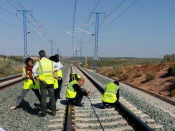 ADIF equipo invetigadores explorando la vía